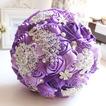 Viola diamante perla nozze sposa foto layout decorazione creativa che tengono i fiori