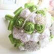 Nuova sposa di frutta fresca fatta a mano verde che tengono i fiori