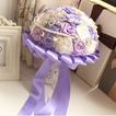 Le rose del mazzo viola tema matrimonio sposa diamante perla mano prendere fiori