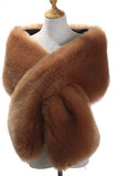Sciarpa con mantello a scialle e abito da sera in volpe sintetica