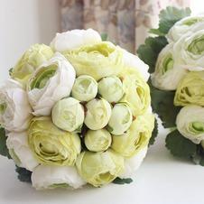 Le foglie sono verde nozze holding fiori di partecipazione di damigella d'onore